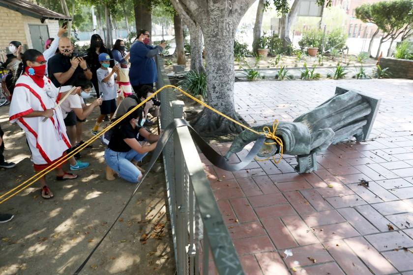 Derribo de la estatua de San Junípero Serra en Los Ángeles. (Foto: Los Ángeles Times)
