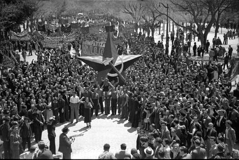 1 de mayo de 1936: Manifestación de las Juventudes Socialistas Unificadas en el Paseo de la Castellana de Madrid. (AGA, Fondo Alfonso). Biblioteca UNED.