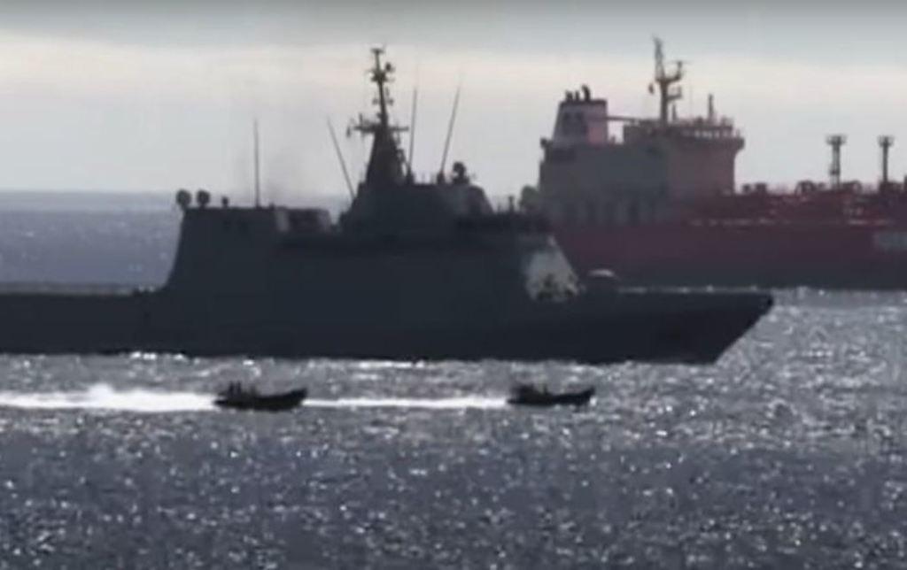 El verano pasado un buque de guerra español es obligado a dejar las aguas de Gibraltar por varias lanchas rápidas de la Royal Navy.