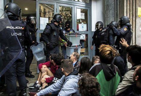 Intervención de la Policía Nacional en el supuesto colegio electoral Instituto Jaume Balmes el pasado 1 de octubre de 2017. (Foto: El Mundo)
