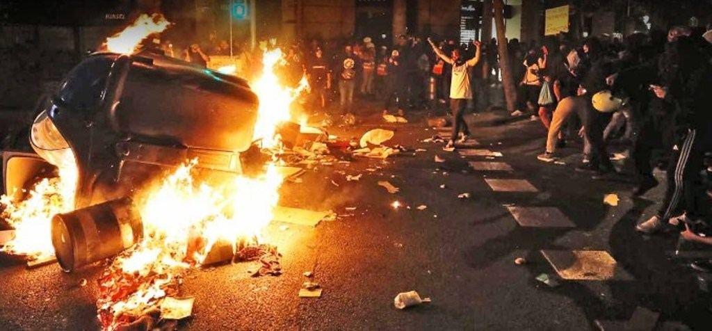 Los villanos, en la noche del jueves al viernes en el centro de Barcelona. (Foto: www.elperiodico.com)