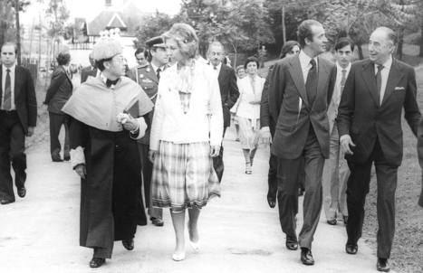 En 1980, Don Juan Carlos I y Doña Sofía en la inauguración de los cursos de verano de la UIMP. Manuel Pastor, detrás del Rey. (Foto: El Diario Montañés).