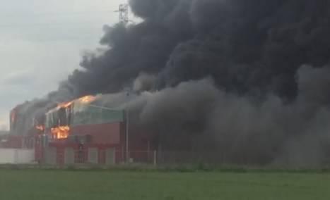 Arde la fábrica de Embutidos Rodríguez en La Bañeza