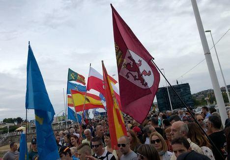 Los manifestantes recorren el paseo marítimo de Gijón. (Foto: La Crítica)