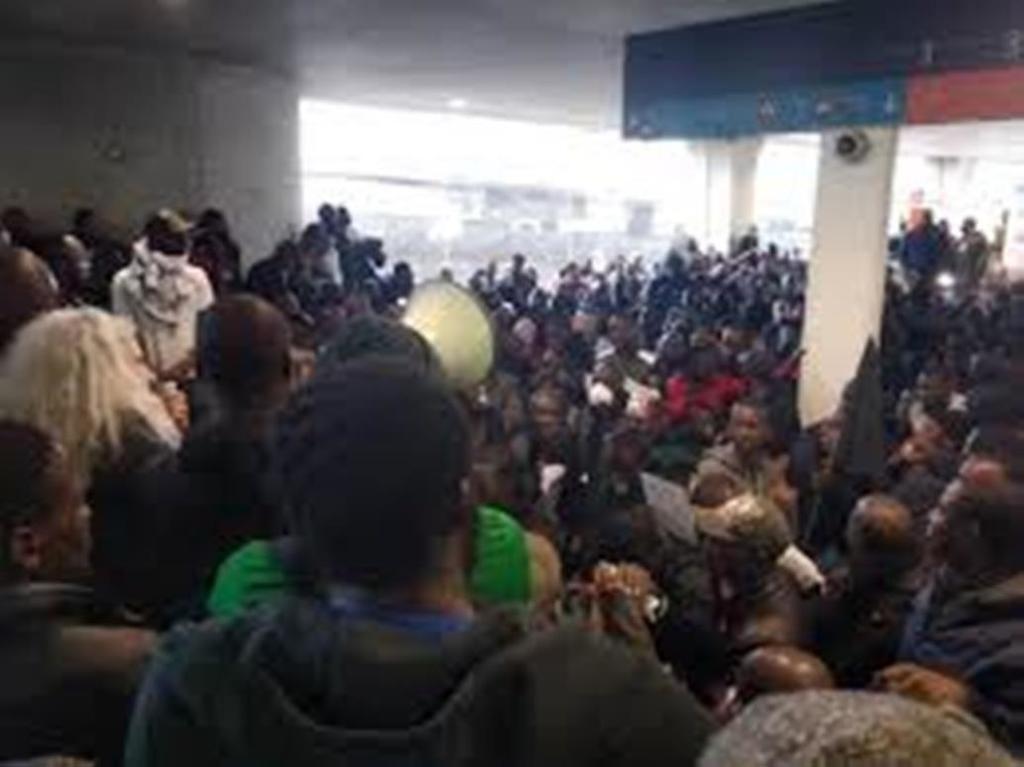 Manifestación de inmigrantes ilegales en el aeropuerto de París. (Mayo de 2019).
