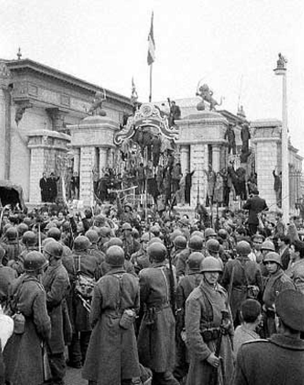Soldados iraníes rodean el Parlamento en Teherán durante el Golpe de Estado de 1953. (CHN Archives of Iran's Cultural Heritage Organization).