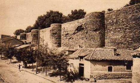 Foto: Antiguas murallas de Astorga, de  L. Roisín (www.todocoleccion.net)