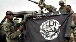 Militares con la bandera de Boko Haram - Foto de archivo