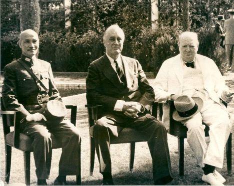 Chiang Kai-shek, Roosevelt y Churchill en El Cairo, 1943. (Foto: Associated Press)