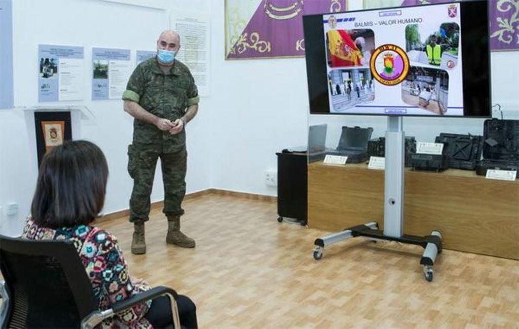 Exposición a la ministra de Defensa sobre la Operación. 'Balmis'. (Foto: Ministerio de Defensa)