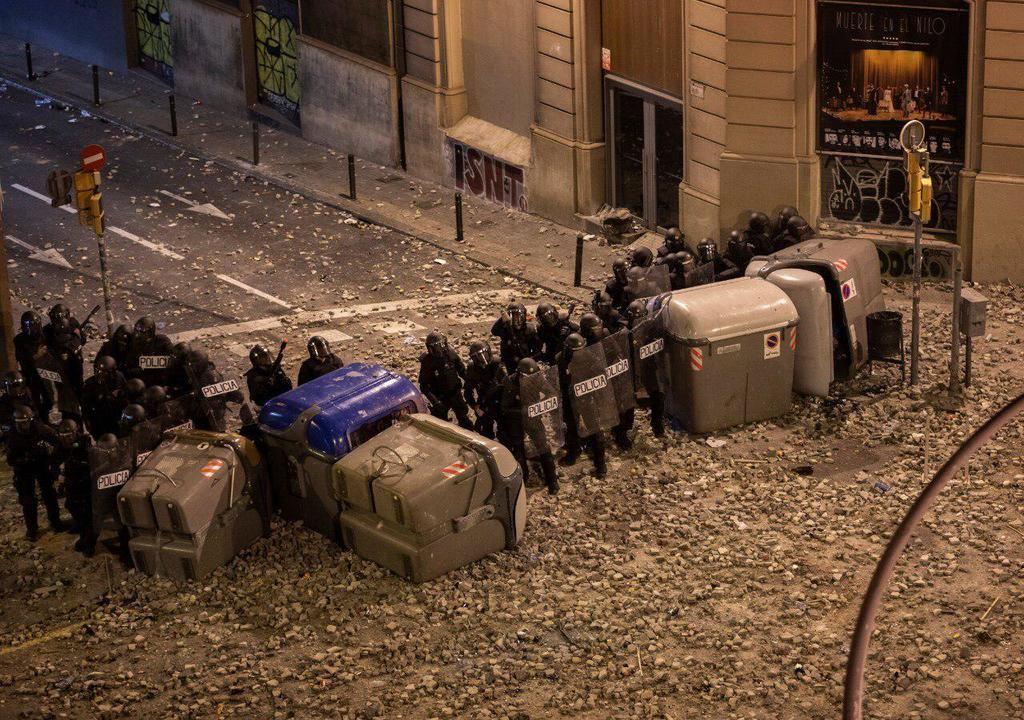 La Policía Nacional, acorralada y apedreada en Barcelona el 1 de octubre de 2019. (Foto: La Crítica).