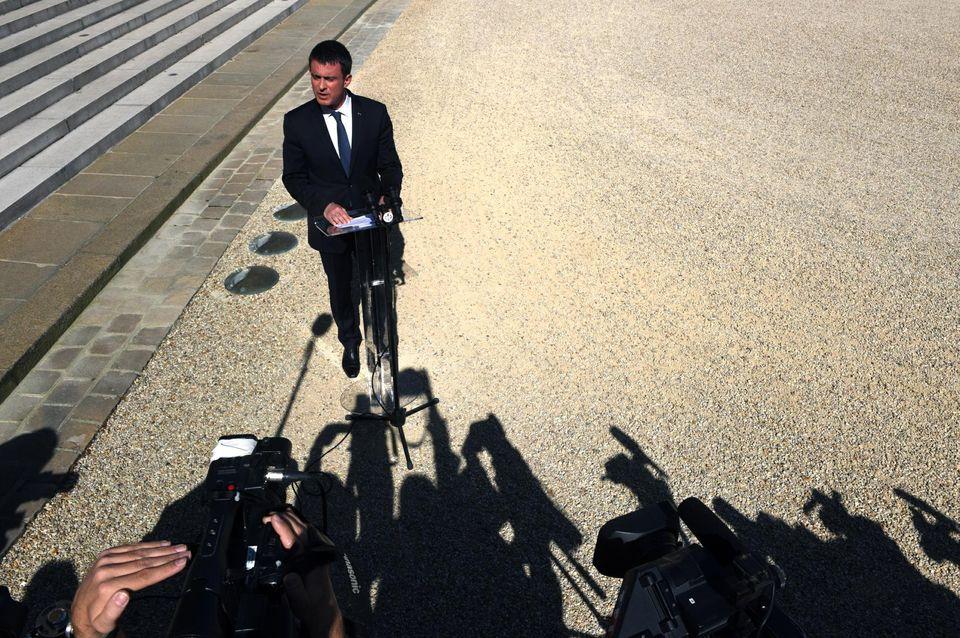 Foto: Manuel Valls a la salida del Consejo de Defensa sobre el ataque a Niza. (Marc Chaumeil para Libération).