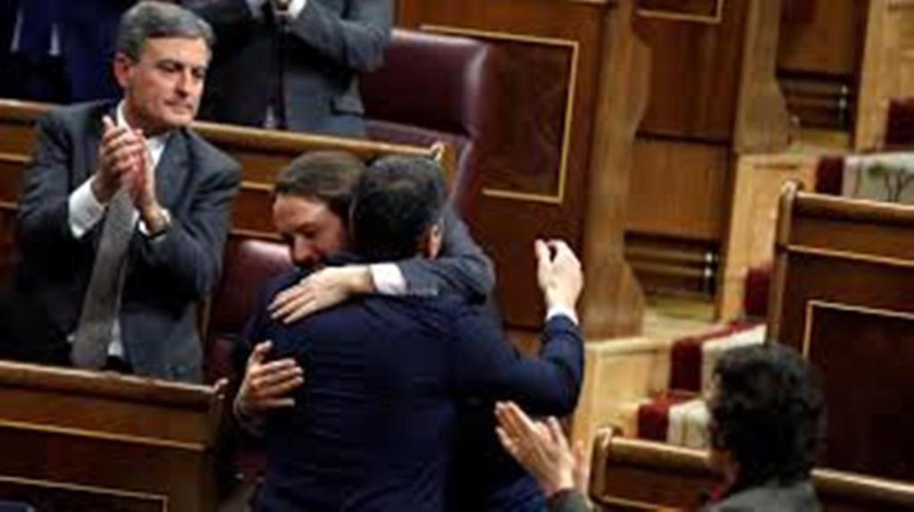 Más que un abrazo... entre Pedro Sánchez y Pablo Iglesias. (Foto: RTVE)