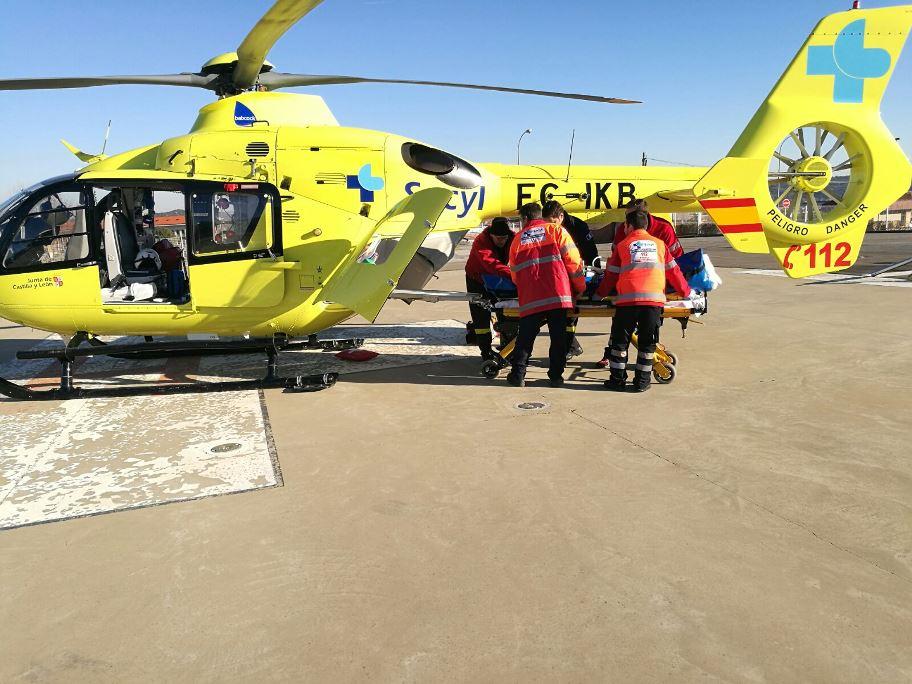Los servicios de emergencia con base en Astorga trasladando a la herida al hospital de León. (Foto: La Crítica)