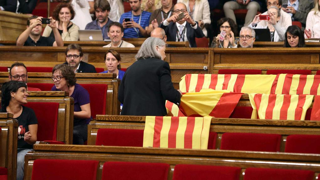 La diputada Martínez, de Podemos, retira la bandera de España en el Parlamento catalán,