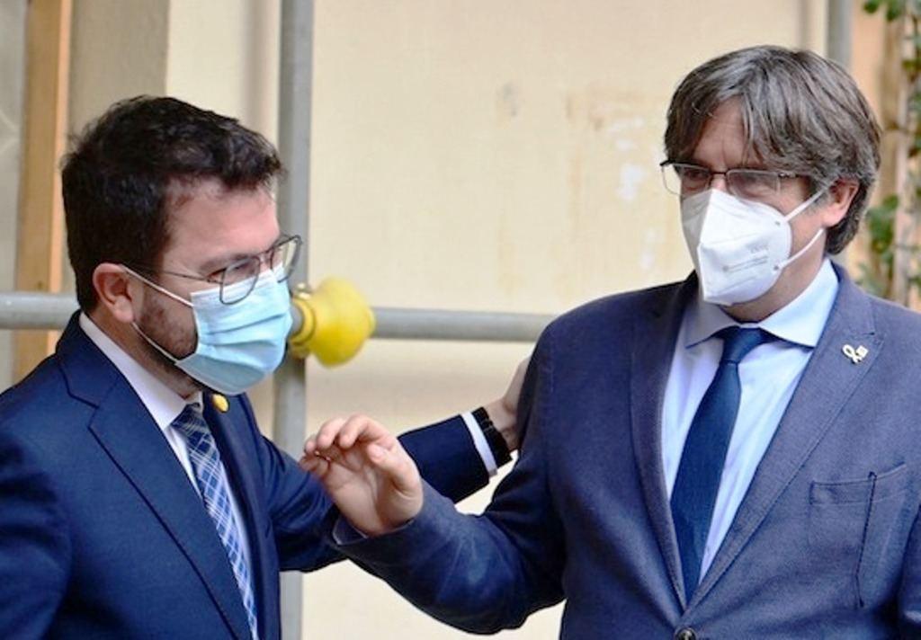 Encuentro de Pere Aragonés y Carles Puigdemont en Algher, Cerdeña. (Foto:https://es.ara.cat/).