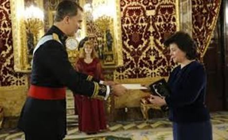 Argita Daudze presentando sus credenciales ante el Rey de España como embajadora de Letonia. (Foto: Casa Real)
