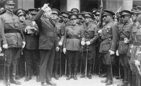 Manuel Azaña, ministro del Ejército a la sazón de la Segunda República, arengando a los militares de alto rango