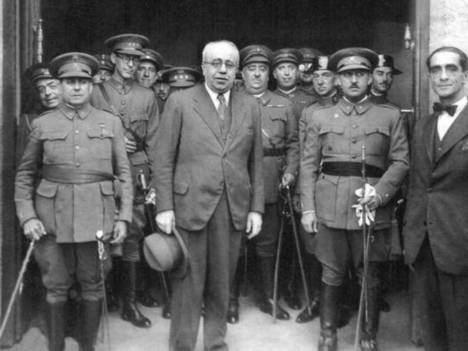 En el centro Manuel Azaña y a la derecha el general Franco.
