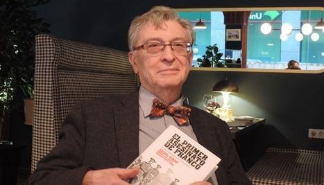 Ángel Viñas y su último libro. (Foto: La Tribuna de Albacete).