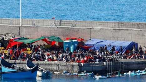 Campamento de inmigrantes improvisado en el muelle de Arguineguin, en Gran Canaria. (Foto: RTVE).