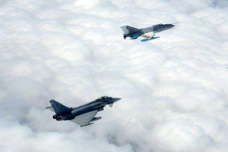 Caza Eurofighter del Ala 11 entrena con MiG-21 rumano. (Foto del Ejército del Aire).