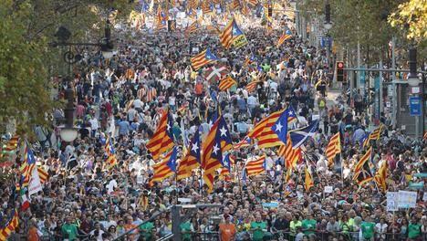 Concentración en el Paseo de Gracia a favor de la libertad de 'los jordis'. (La Vanguardia).