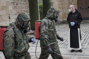 Militares en labores de desinfección en el Monasterio de Poblet durante la pandemia del Covid-19. (Foto: National Geographic / Jorge Delgado-Ureña).
