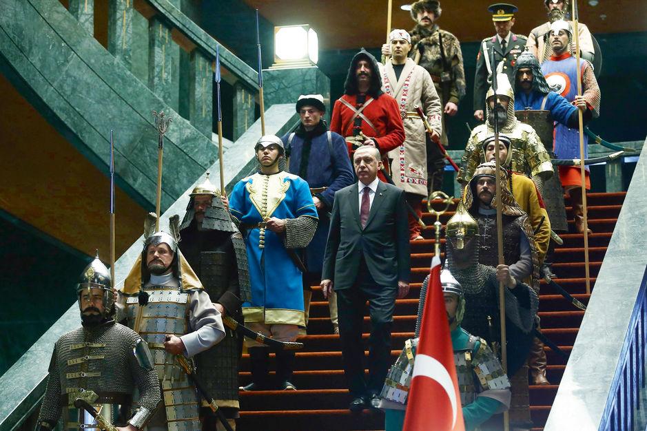 Erdogan, rodeado por soldados con trajes otomanos, da la bienvenida al palestino Mahmoud Abbas en enero de 2015. ADEM ALTAN / AFP