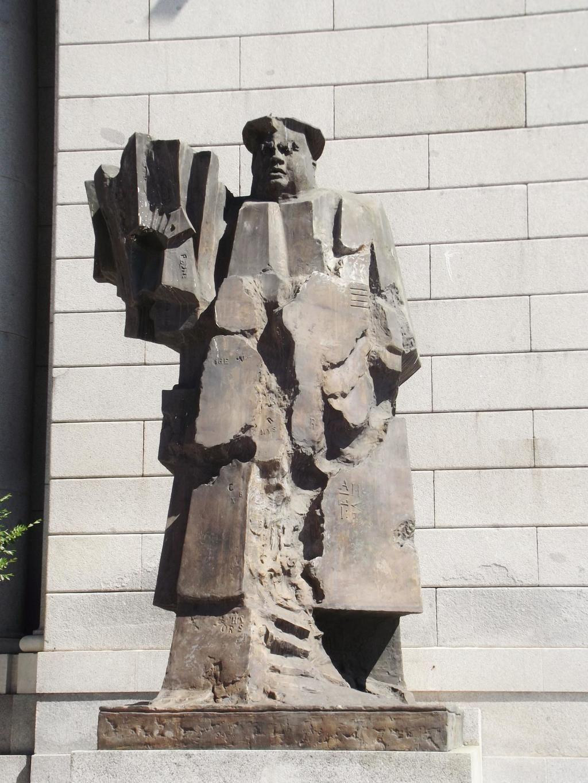 Escultura de Indalecio Prieto Tuero en los Nuevos Ministerios de Madrid.