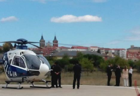 El ministro del Interior en la base del Sacyl en Astorga antes de subir al helicóptero de la Policía que le llevará de vuelta a Cataluña