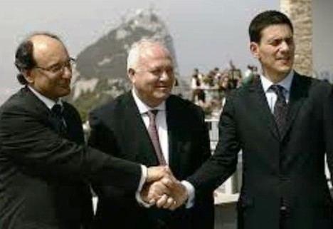 El 21 de julio de 2009 el ministro Miguel Ángel Moratinos -en el centro- fue el primer cargo del Gobierno de España en cruzar la Verja. Lo hizo para reunirse con Peter Caruana, Ministro Principal de Gibraltar. (Texto y foto: https://city-politics-thougth.blogspot.com)