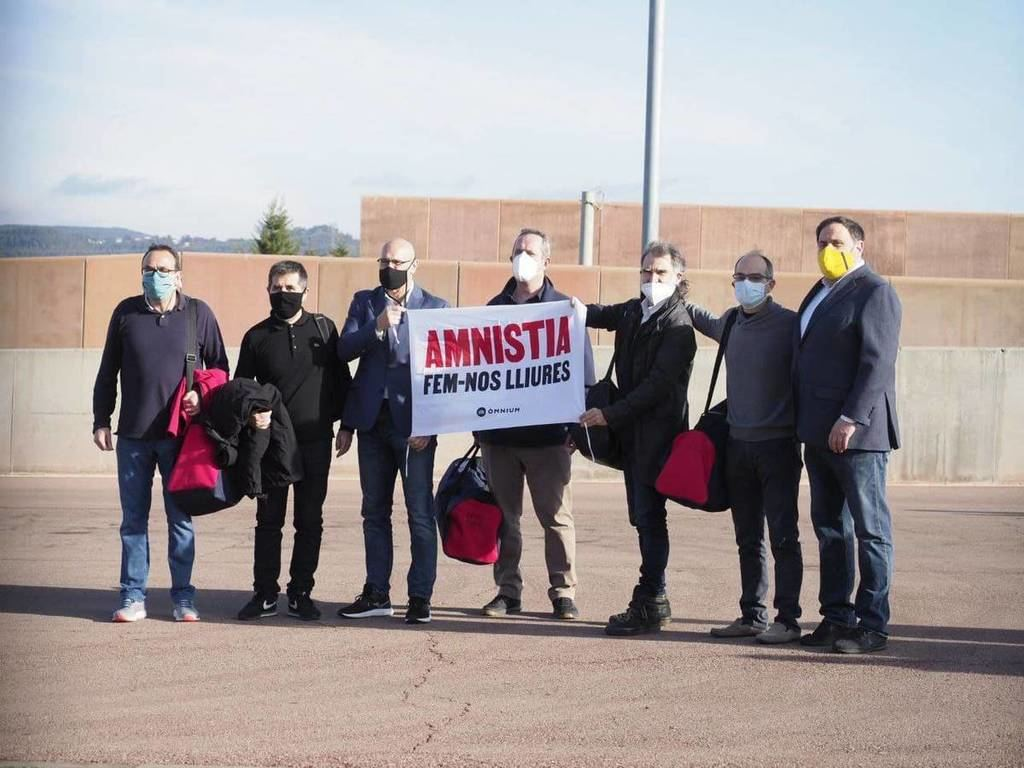 Los presos a su salida de la cárcel. (Foto: Òmnium Cultural)