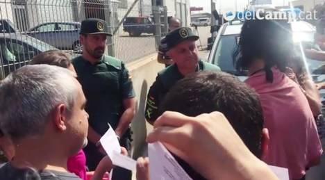En Reus militantes de CUP acosan a los agentes  de la Guardia Civil que custodian la imprenta Constantí con papeletas del referéndum. (El Mundo, 7/9/17)