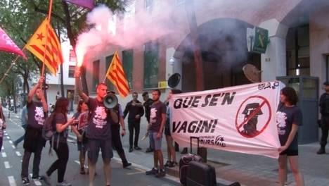 Independentistas catalanes exigiendo la salida de Cataluña de la Guardia Civil (TV3)