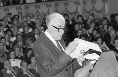 Ricardo Gullón recibiendo el Premio Príncipe de Asturias en 1989