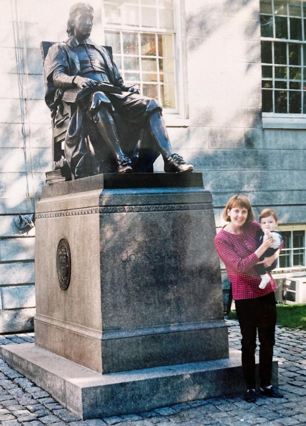 La esposa y el hijo del autor en Harvard, 1999 (foto de M. Pastor).