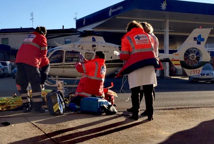 Miembros de la unidad de helicópteros del 112 con base en Astorga atendiendo a la mujer herida.