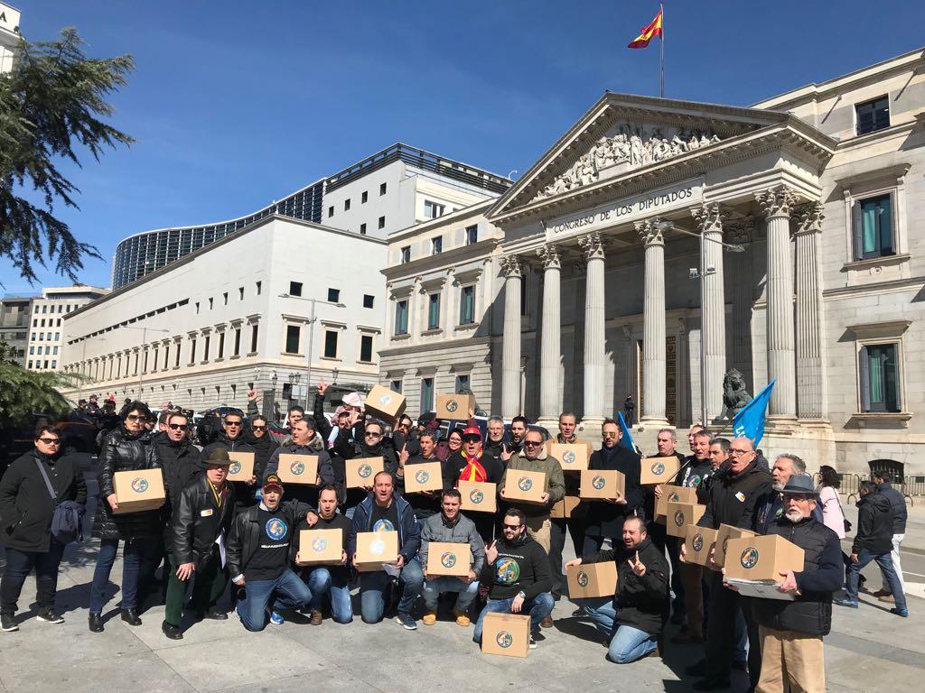 Miembros de JUSAPOL con las 527.000 firmas a las puertas del Congreso de los Diputados.