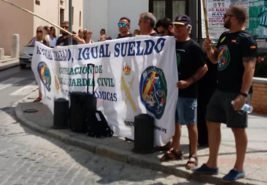 Miembros de JUSAPOL al paso de la comitiva del presidente Sánchez y su invitada la canciller Merkel en Sanlúcar de Barrameda. (Foto: La Crítica)