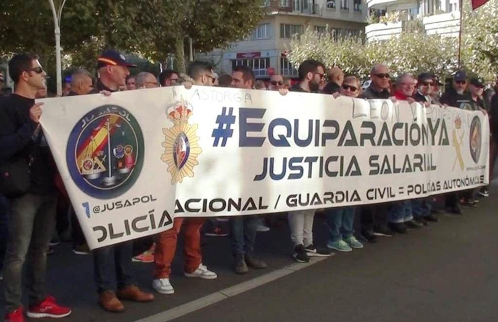 Policías y Guardias Civiles ante la Subdelegación del Gobierno en León. Foto: La Crítica