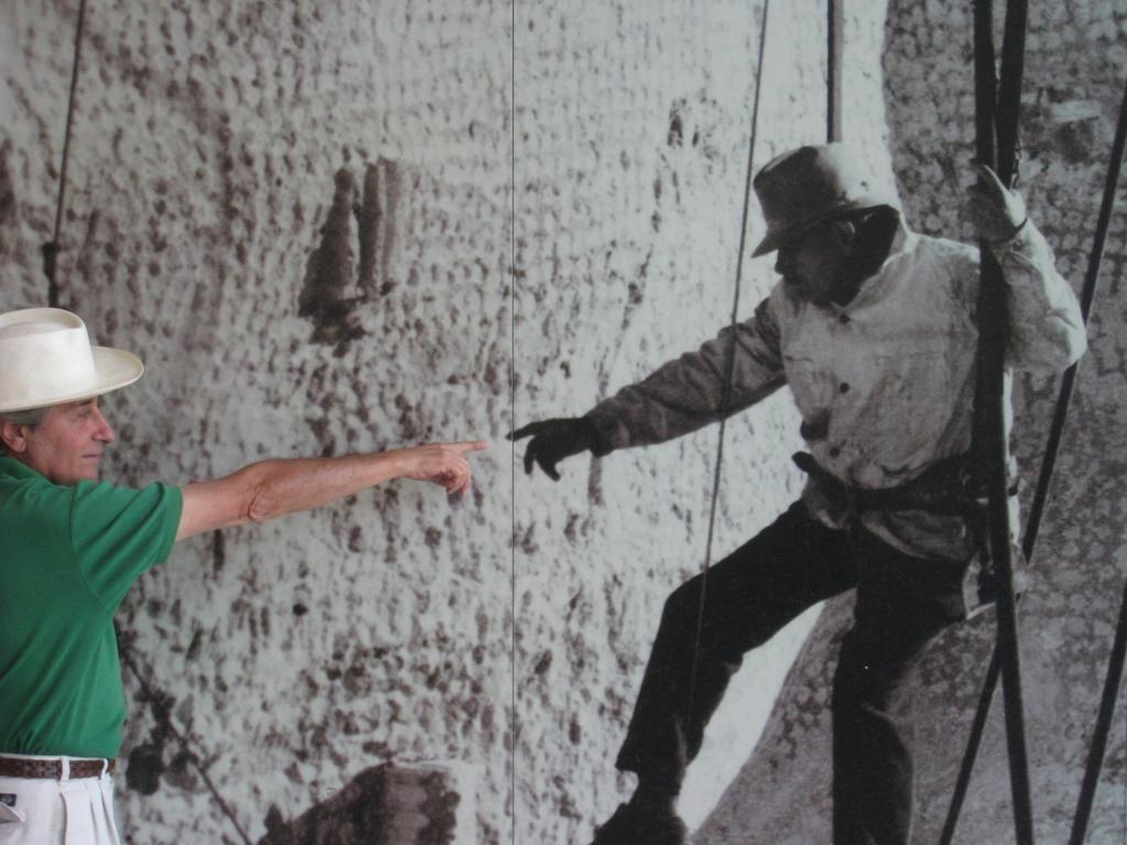 El autor del artículo, Manuel Pastor, ante una foto de Borglum en Mount Rushmore.