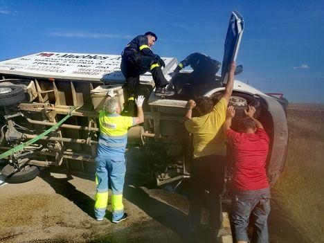 Médico y enfermero rescatando a los heridos. (Fotos: La Crítica).