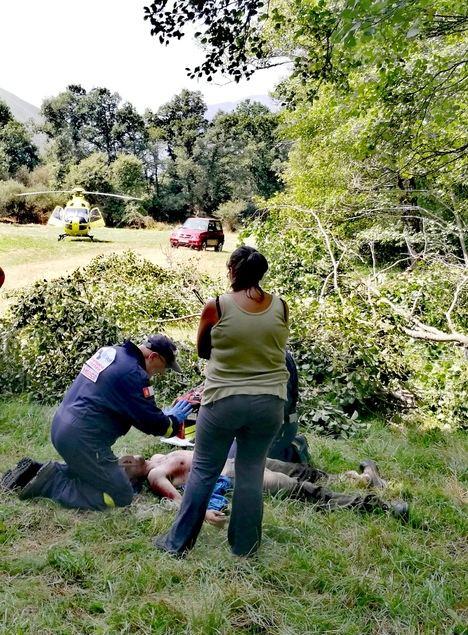 El herido siendo atendido por el servicio de emergencias. (Foto: La Crítica)