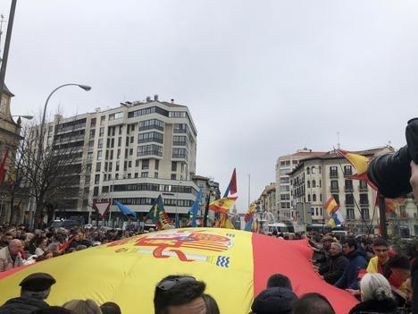 Los manifestantes despliegan una gran bandera de España. (Foto: La Crítica)