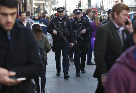 www.elconfidencial.com: Agentes de policía armados patrullan por Oxford Street, en Londres, el 23 de diciembre de 2015 (Reuters).
