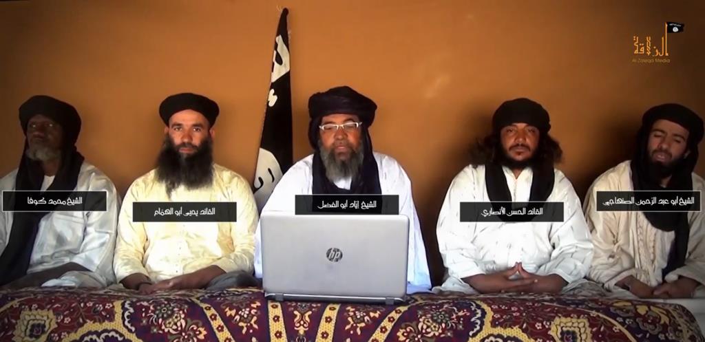 Hasan al Ansari sentado junto al líder de JNIM, Iyad Ag Ghaly (en el centro).