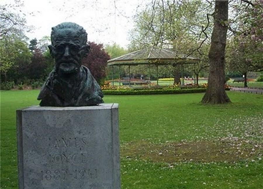 : Busto de James Joyce en un parque de Dublín