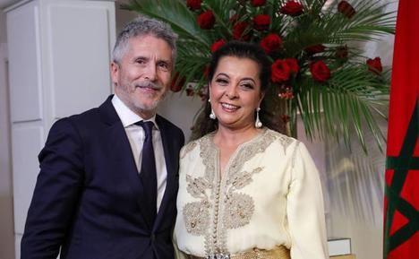 Fernando Grande-Marlaska y la embajadora de Marruecos en España, Karima Benyaich, en tiempos mejores. (Foto: https://www.lasprovincias.es/).