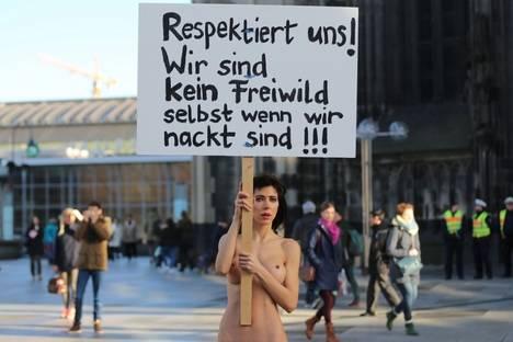 La artista Milo Moire se ha paseado desnuda por las calles de Colonia con una pancarta pidiendo respeto para las mujeres incluso si están desnudas. © dpa Picture-Alliance/AFP